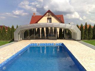 Abri haut de piscine modele OCEANIC - retiré loin de la piscine