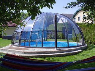 Abri de piscine ORIENT est transparent et vous pouvez toujours voir ce qui se passe à l
