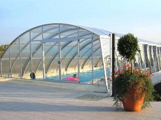 Abri de piscine rétractable RAVENA - vous permet de marcher à côté de votre piscine