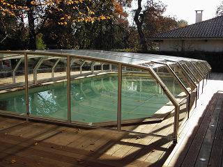 """Imitation bois utilisés dans la construction de l""""abri de piscine RIVIERA"""