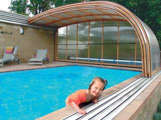 Abri de piscine STYLE est installé près du mur adjacent