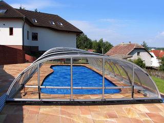 Abri de piscine TROPEA par-dessus une piscine atypique