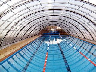Abri de piscine UNIVERSE NEO avec cadres argentés - vue intérieure avec protection entière de la piscine