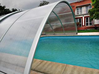 Abri de piscine UNIVERSE NEO avec détail de la glissière de sécurité