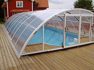Abri de piscine UNIVERSE NEO avec des cadres clairs