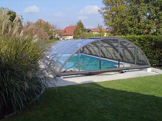 Abri pour piscine enterrée modèle  UNIVERSE - avec profilés anthracite et polycarbonate transparent