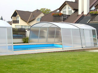 Abri de piscine VENEZIA avec fenêtres transparentes pour plus d'intimité