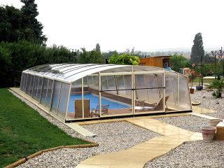 Abri de piscine VENEZIA protège la piscine et économise le chauffage