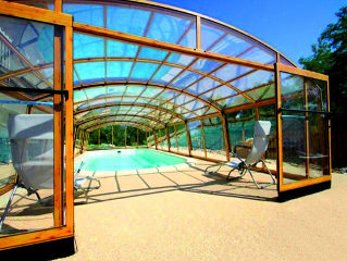 Abri de piscine Venezia - Protection rétractable pour piscine en couleur imitation bois