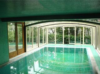 Abri de piscine VISION installé sur une maison en construction