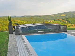 Construction de l'abri de piscine VIVA avec couleur anthracite