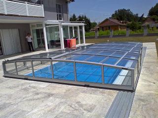 un des plus bas abris de piscine dans la gamme de produits VIVA par Alukov UK