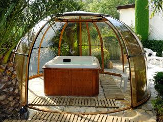 Prendre du bon temps dans son spa couvert par l'abri de spa ORLANDO