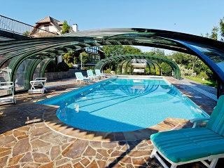 Abri de piscine rétractable pour piscine au bord de plage