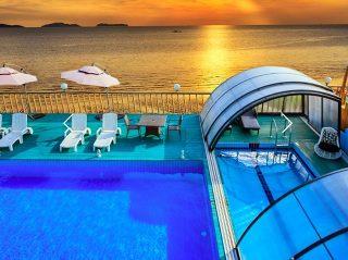 Belle vue sur labri de piscine RAVENA avec le coucher du soleil