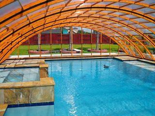 Découvrez labri de piscine UNIVERSE NEO à finition en imitation bois