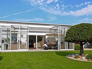 Des clients satisfaits profitent des moments agréables grâce à labri de terrasse CORSO SOLID