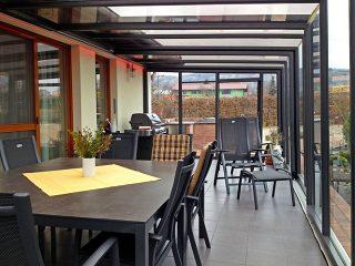 Grâce à labri de terrasse CORSO GLASS vous profitez dun barbecue entre amis en toute saison