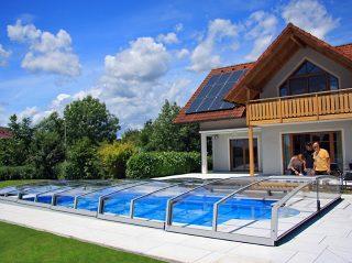 L'abri de piscine CORONA sadapte bien au jardin