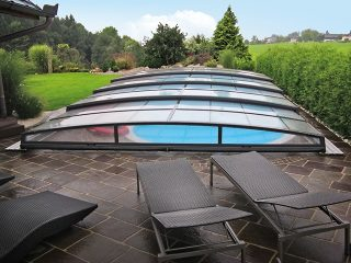 Labri de piscine Corona protège la piscine du temps pluvieux