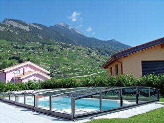 Labri de piscine CORONA avec belle vue sur les collines