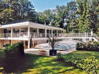 Labri de piscine ELEGANT à finition blanche va bien avec un style moderne