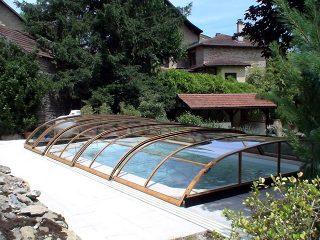 Labri de piscine ELEGANT sadapte parfaitement au jardin