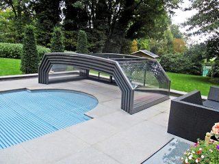 L'abri de piscine entièrement rétractée Riviera à finition anthracite