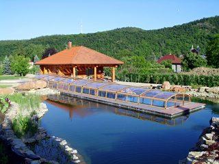 L'abri de piscine IMPERIA en imitation bois va très bien la cabine en bois
