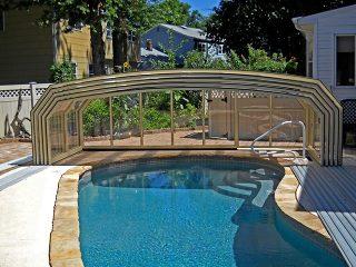 L'abri de piscine OCEANIC HIGH entièrement rétracté à finition beige