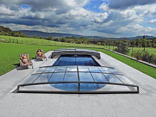 Labri de piscine télescopique moderne Corona ne gâchera pas la vue