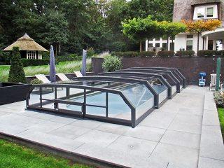 L'abri de piscine télescopique Riviera en couleur anthracite