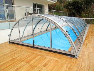 L'abri de piscine UNIVERSE étroit en couleur argentée