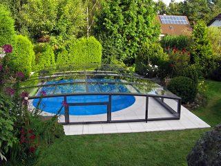 Labri de piscine Viva de petite taille sadapte parfaitement dans un jardin fleuri