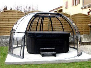 L'abri de spa dôme ORLANDO en couleur noire avec jacuzzi en couleur noire