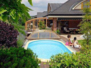 L'abri de terrasse CORSO et abri de piscine ELEGANT à finition en imitation bois