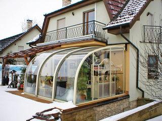Vue de l'extérieur sur l'abri de patio CORSO ENTRY - La meilleure idée possible pour un jardin d'hiver
