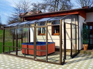 Intérieur d'un abri de terrasse CORSO Premium avec jacuzzi
