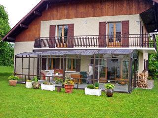 L'abri pour patio CORSO améliore grandement l'isolation thermique du mur adjacent