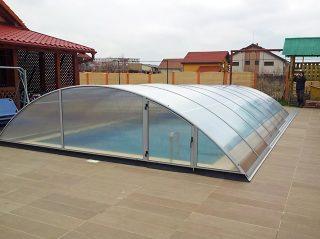 AZURE je univerzalno primjenjiv model kupole za bazen, ovdje sa srebrnom bojom aluminijskih profila