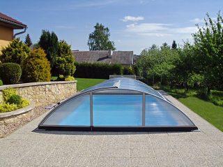 Čak i jeftiniji model kupole za bazen poput AZURE ima atraktivan i elegantan dizajn