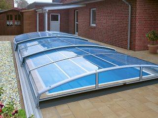 Niski model bazenskog krova AZURE Angle u blizini zidane kuće u engleskom dizajnerskom stilu