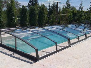 Čak i jeftiniji model bazenskog krova kao što je AZURE Angle ima elegantan oblik i čiste linije