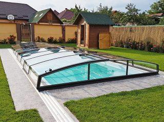Vrlo niski bazenski krov AZURE Angle lijepo će se uklopiti u vaš vrt