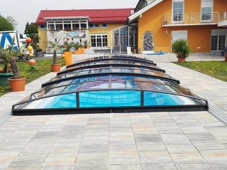 Zatvoreni AZURE Angle bazenski krov u antracit boji proizvođača Alukov a.s.
