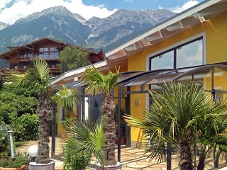 Patio enclosure Corso Premium with the mountains in the background