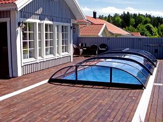 Eltolható AZURE Flat Kompakt medencefedés fapadozaton