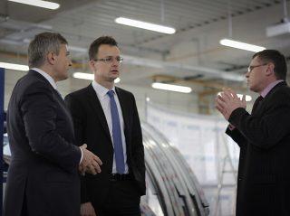 Bödök Aladár, ALUKOV Hungária Kft. ügyvezetője bemutatja a medencefedés gyártás menetét Jan Zitko, ALUKOV a.s. vezérigazgatónak és Szijjártó Péter, külgazdasági és külügyminiszternek