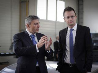 Jan Zitko, ALUKOV a.s. vezérigazgató, Szijjártó Péter, külgazdasági és külügyminiszter megtekinti a medencefedés gyártás menetét