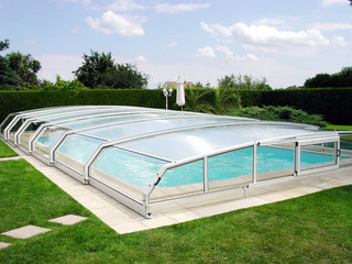 eltolható medencefedés RIVIERA növeli a víz hőmérsékletét a medencében